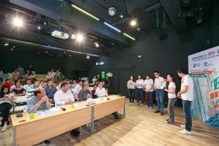 Energizer 組員介紹如何善用資訊科技,鼓勵大廈住戶回收物品。(圖片來源:香港綠色建築議會)